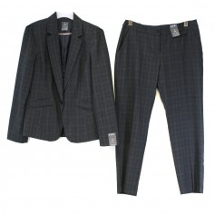 obrázek Tmavě šedý kalhotový kostým s jemným kostkovým vzorem